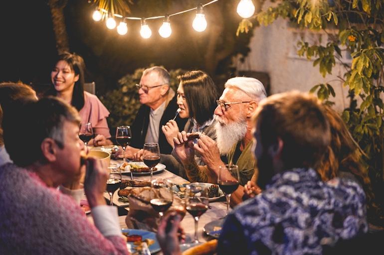 Almuerzo grupal al aire libre que ilustra el concepto de diferentes orígenes con diferentes creadores de bioindividualidad y nutrición.