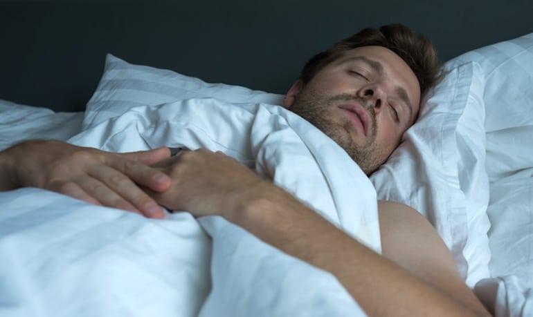Hombre que sueña durante el sueño REM y recuerda más los sueños