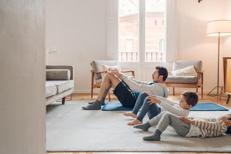 Padre con hijos haciendo ejercicios de ab