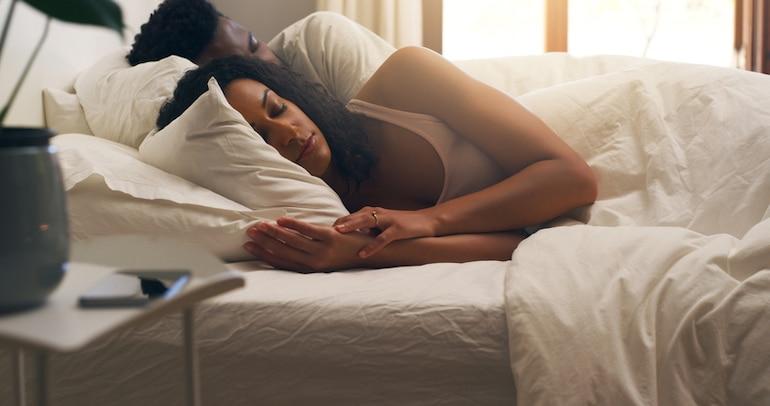 Pareja durmiendo en sus 40 con ciclos REM más largos que impactan el contenido del sueño y las emociones