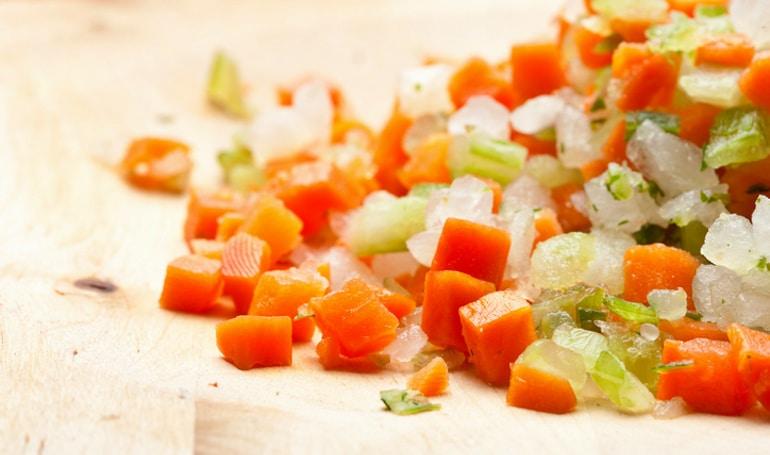 Mirepoix sobre tabla de cortar para sopa de garbanzos
