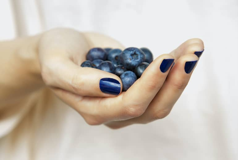 Eating blueberries as part of a low FODMAP diet plan