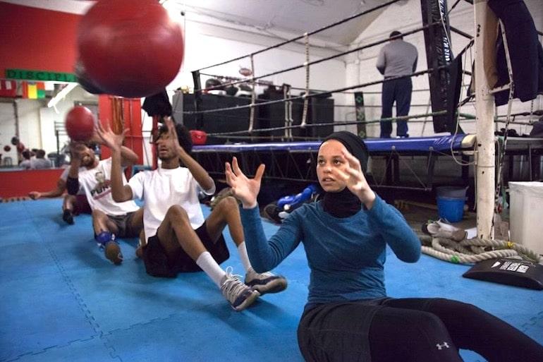 La boxeadora Amaiya Zafar entrena en el gimnasio de boxeo