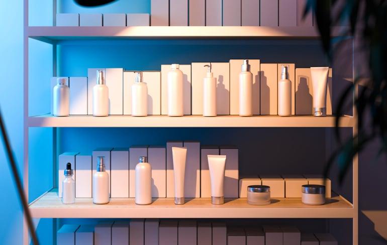 Estante de frascos de belleza y envases para reciclar para proteger el medio ambiente.