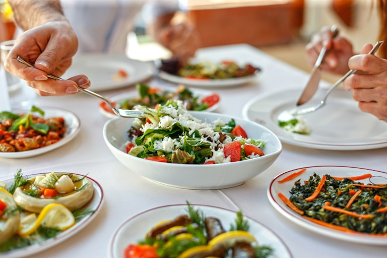 Doctor comiendo estilo familiar, sirviendo una ensalada para mantener un sistema inmunológico saludable