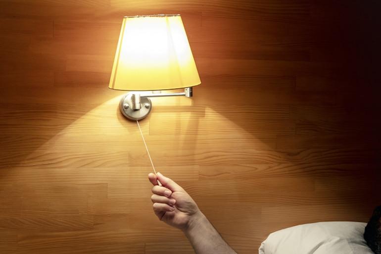 El doctor apaga la luz en la cama para asegurarse de que duerma lo suficiente para mantenerse saludable y desarrollar inmunidad