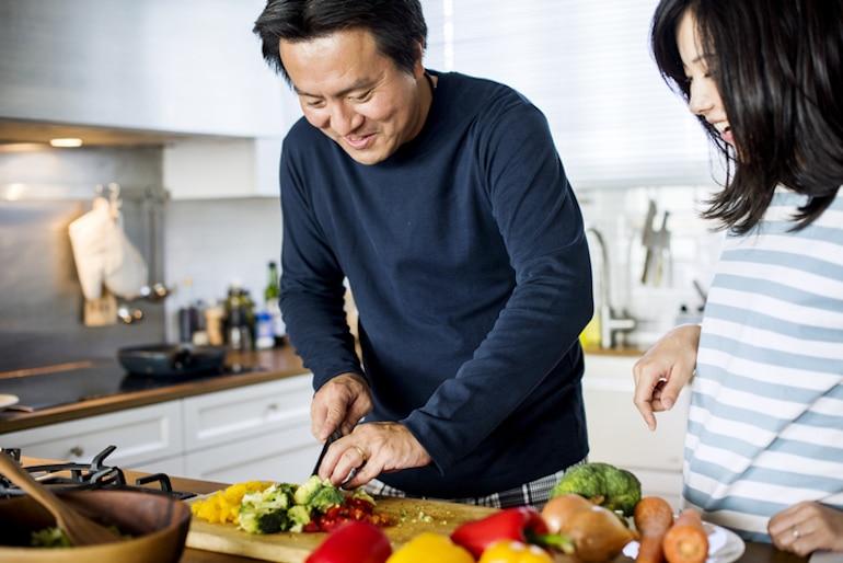 Par preparar comida a base de hierbas en la cocina