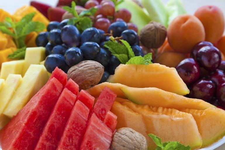 Frutas y verduras coloridas en un brunch