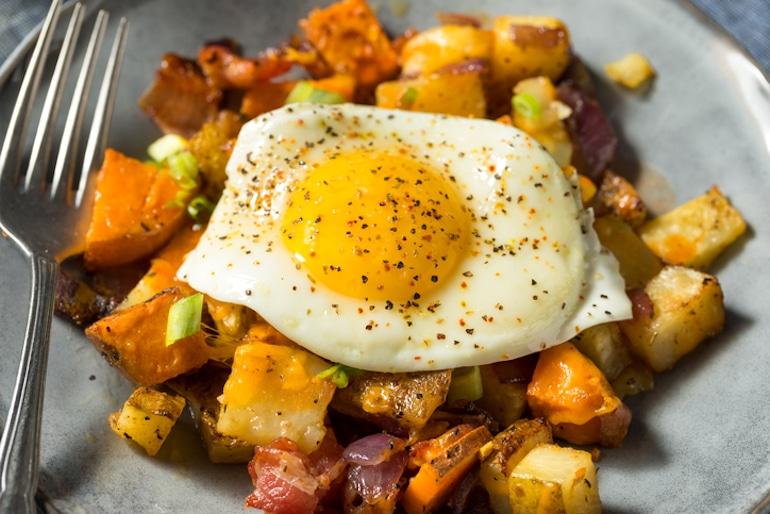 Batata picada con huevo y proteína añadida