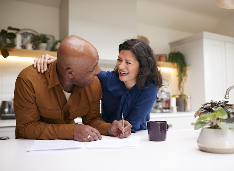 زن و شوهر در آشپزخانه صحبت می کنند
