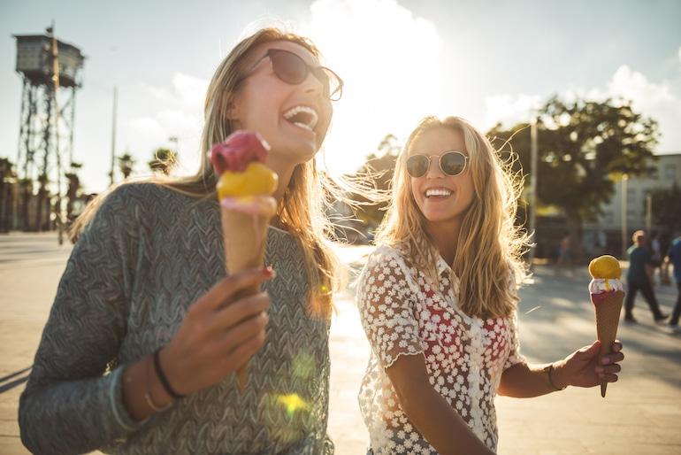زنان بستنی می خورند