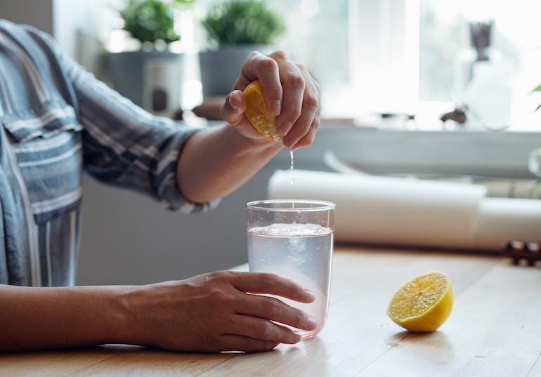 زنی که آب لیمو درست می کند